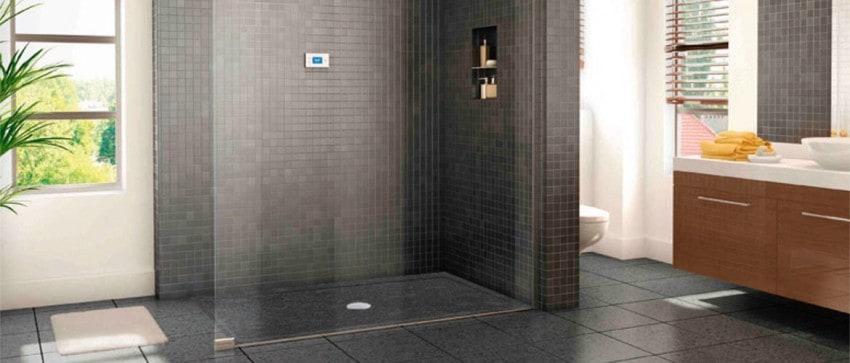 Un bac de douche extra-plat remplace la baignoire.